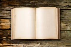 Старая античная книга на деревянной таблице Стоковая Фотография
