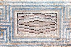 Старая, античная мозаика малых покрашенных плиток с геометрической картиной стоковое изображение
