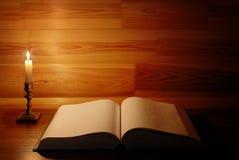 Старая античная раскрытая книга Стоковые Изображения RF