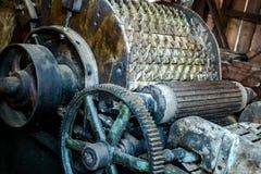 Старая античная сельско-хозяйственная техника с toothed колесами стоковые изображения