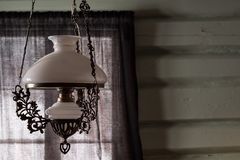 Старая античная стеклянная смертная казнь через повешение лампы от потолка в деревенской живущей комнате Стоковое Фото