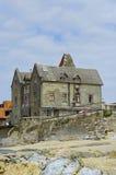 Старая арендуемая квартира на крае пляжа Стоковые Изображения