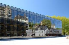 Старая архитектура в отражающей современной стене Стоковая Фотография