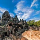 Старая архитектура кхмера Взгляд панорамы виска Bayon на Ang Стоковые Фотографии RF