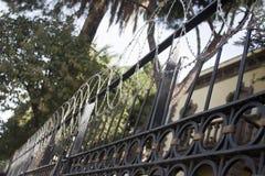 Старая дача защищает для загородки бритвы для преступника Стоковое Изображение