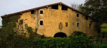 Старая баскская деревушка с heraldic экраном Стоковые Изображения