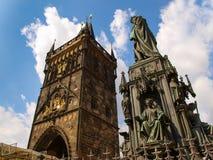 Старая башня моста городка и памятник Чарльза 4-ое в Праге, чехии Стоковое фото RF