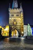 Старая башня моста городка на Карловом мосте на ноче, Праге, чехии Стоковое фото RF