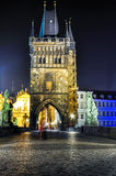 Старая башня моста городка на Карловом мосте на ноче, Праге, чехии Стоковое Изображение