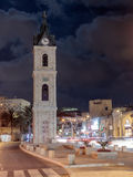 Старая башня с часами на ноче в старом городе Yafo, Израиле Оно башня с часами известняка ` s построенная в 1903 для того чтобы у Стоковое Изображение RF