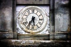 Старая башня с часами церков Saracinesco (Италия) Стоковые Изображения RF