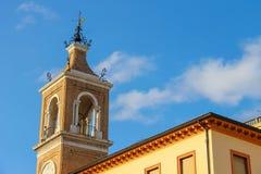 Старая башня с часами (dell'Orologio Torre) в Римини, Италии Стоковая Фотография