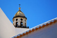 Старая башня церковного колокола террасы в teguise arrecife Лансароте Стоковые Изображения