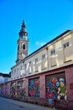 старая башня церков в восстановлении и современном искусстве улицы на внешней стене Стоковые Изображения