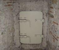 Старая белая массивнейшая дверь металла с сильными замками Стоковая Фотография