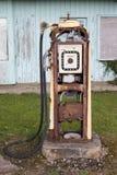 Старая бензозаправочная колонка в северо-западе Шотландии стоковая фотография rf