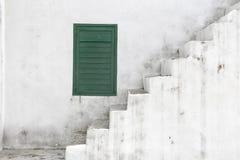 Старая белая лестница с зеленым окном стоковое изображение