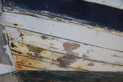 Старая белая и голубая деревянная шлюпка Стоковые Фото