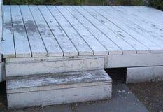 Старая белая палуба с откалыванной краской Стоковое фото RF