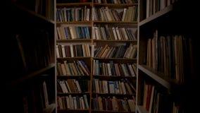 Старая библиотека Камера двигает вдоль 2 высоких книжных полков Кинотехнологическая рамка Для рассказов ужаса, помещенные в архив акции видеоматериалы