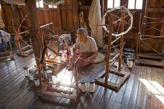 Старая бирманская женщина spinnig поток лотоса Стоковые Фото