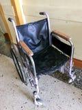 Старая больница от внутренности Неработающая кресло-коляска для транспорта не идя пациентов Рядом кресло-коляска для hospi Стоковые Фотографии RF