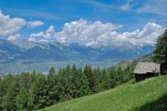 Старая бревенчатая хижина в горных вершинах стоковые фотографии rf