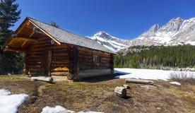 Старая бревенчатая хижина в канадских скалистых горах стоковые изображения