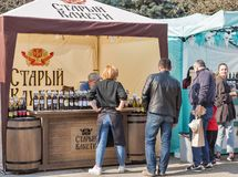 Старая будочка винодельни Kakheti грузинская Фестиваль вина в Киеве, Украине стоковое фото rf