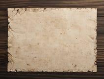 Старая бумага на деревянной предпосылке стоковые изображения