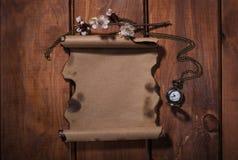 Старая бумага с вахтами на деревянной предпосылке Стоковое Изображение RF
