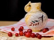 Старая ваза глины на салфетке ткани Стоковое Изображение