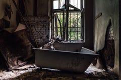 Старая ванна в закрытое вниз с психиатрической больницы в Швеции стоковые фото