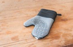 Старая варя перчатка на деревянной таблице Стоковые Изображения RF