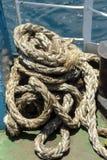 Старая веревочка на деревянной пристани Стоковое Фото