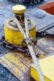 Старая веревочка на деревянной пристани Стоковые Изображения