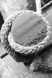 Старая веревочка на деревянной пристани Стоковые Изображения RF