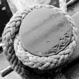 Старая веревочка на деревянной пристани Стоковые Фотографии RF