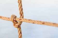 Старая веревочка рыбацкой лодки с связанным узлом Стоковые Фото