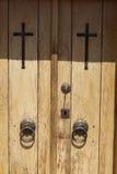 Старая дверь в каменных стенах домов в деревне предпосылка превосходная Стоковое Изображение