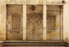 Старая дверь в покинутом здании Стоковая Фотография RF