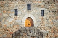 Старая дверь замка на дворце герцогов Braganza стоковая фотография rf