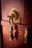 Старая дверь на виске буддийского монастыря. Индия стоковое фото