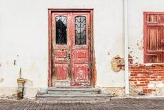 Старая дверь на предпосылке стены Стоковые Изображения RF