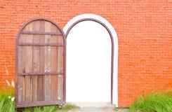 Старая дверь открыта стоковые изображения