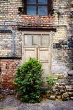 Старая дверь покинутой дома Стоковые Фото