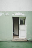 Старая дверь с зеленым цветом стены Стоковое Изображение