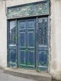 Старая дверь с краской шелушения стоковые фотографии rf