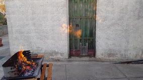 Старая дверь с ржавым барбекю сток-видео
