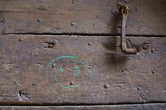 Старая дверь с дружелюбными граффити Стоковые Фото